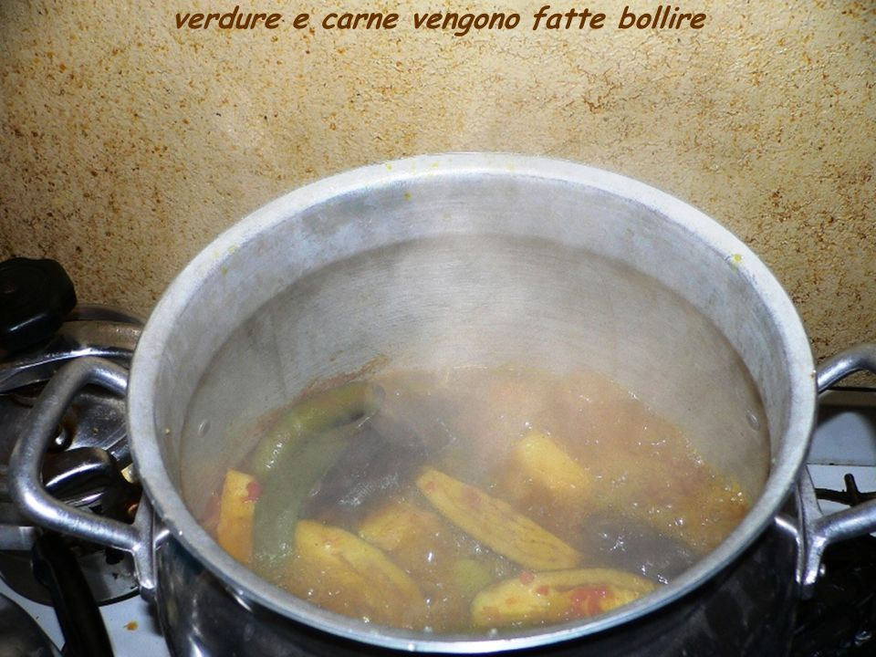 verdure e carne vengono fatte bollire