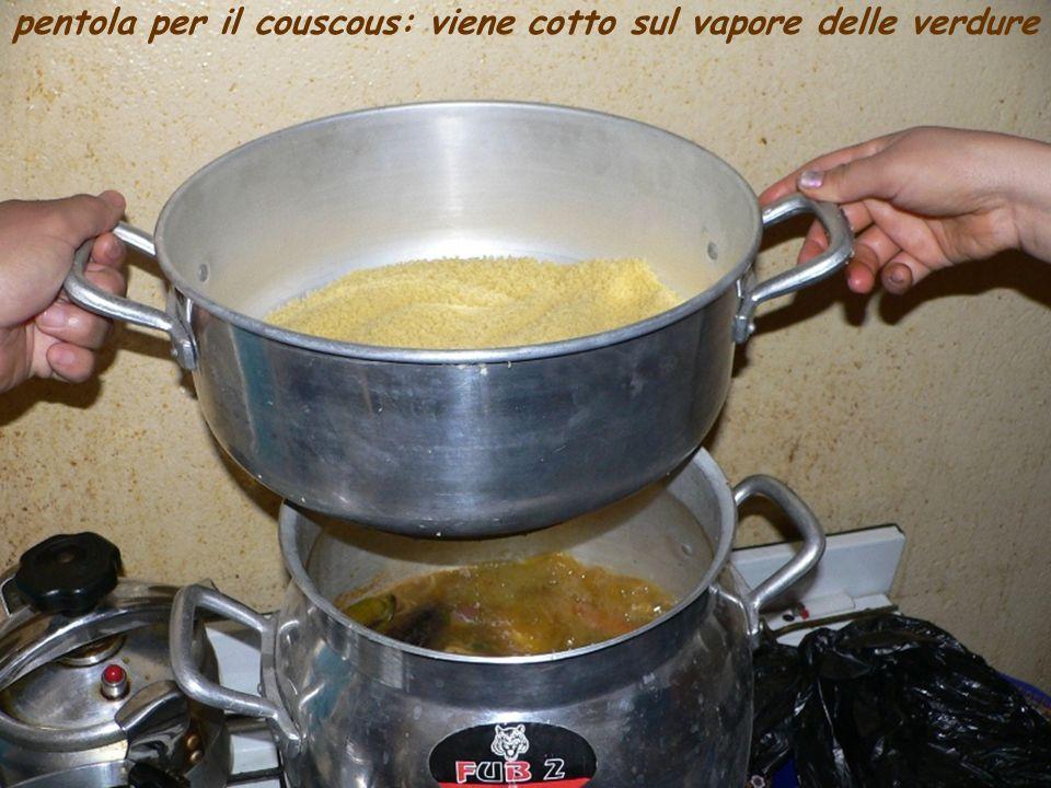 pentola per il couscous: viene cotto sul vapore delle verdure