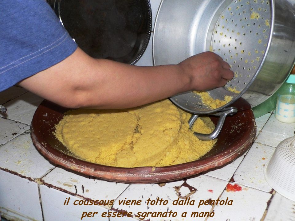 il couscous viene tolto dalla pentola per essere sgranato a mano