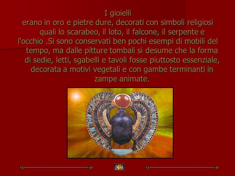I gioielli erano in oro e pietre dure, decorati con simboli religiosi quali lo scarabeo, il loto, il falcone, il serpente e.