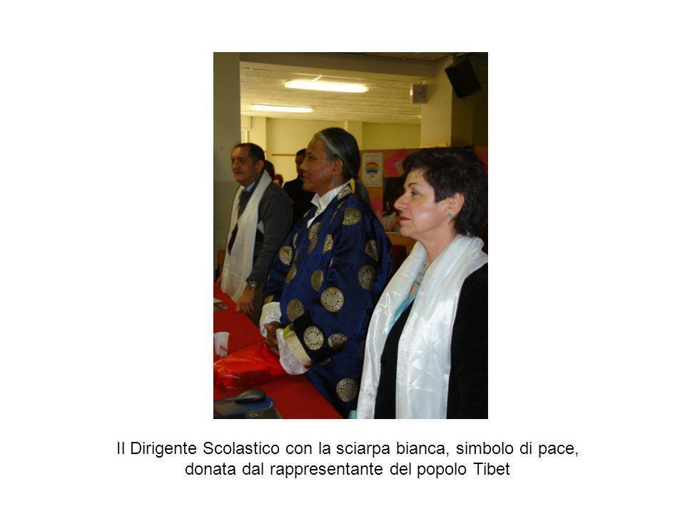 Il Dirigente Scolastico con la sciarpa bianca, simbolo di pace, donata dal rappresentante del popolo Tibet