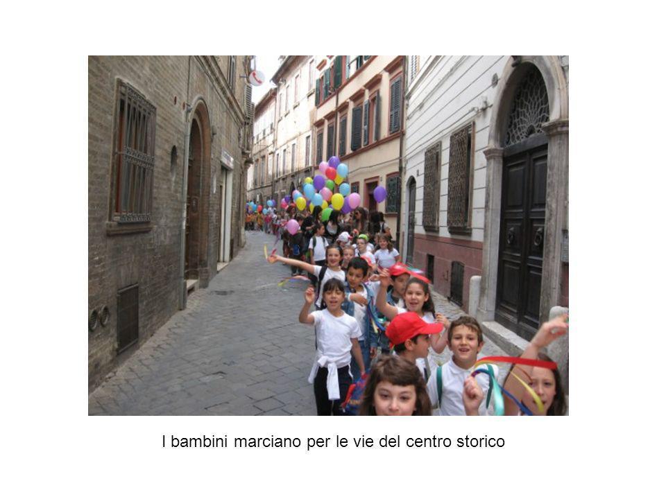 I bambini marciano per le vie del centro storico