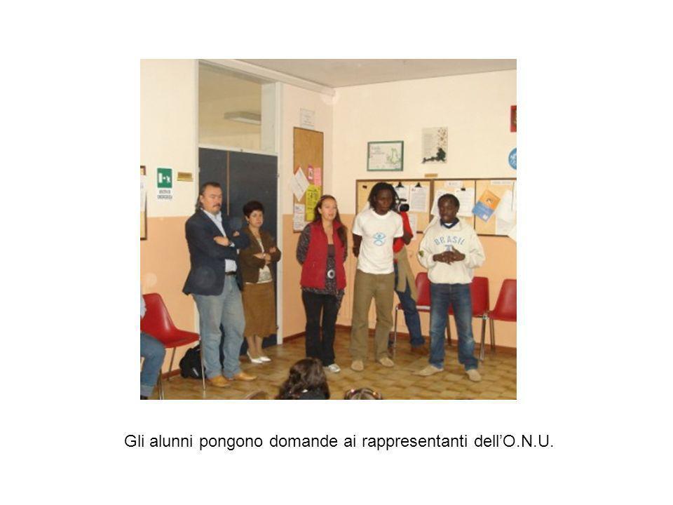 Gli alunni pongono domande ai rappresentanti dell'O.N.U.