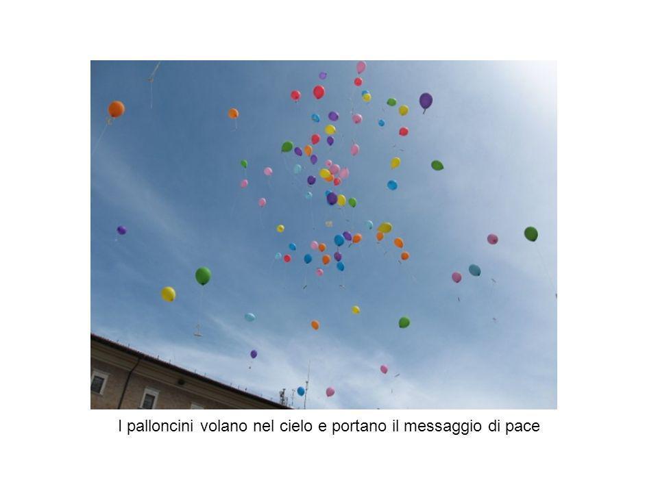 I palloncini volano nel cielo e portano il messaggio di pace