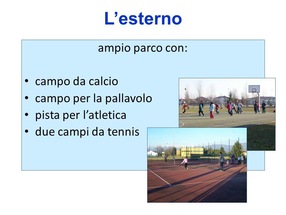 L'esterno ampio parco con: campo da calcio campo per la pallavolo
