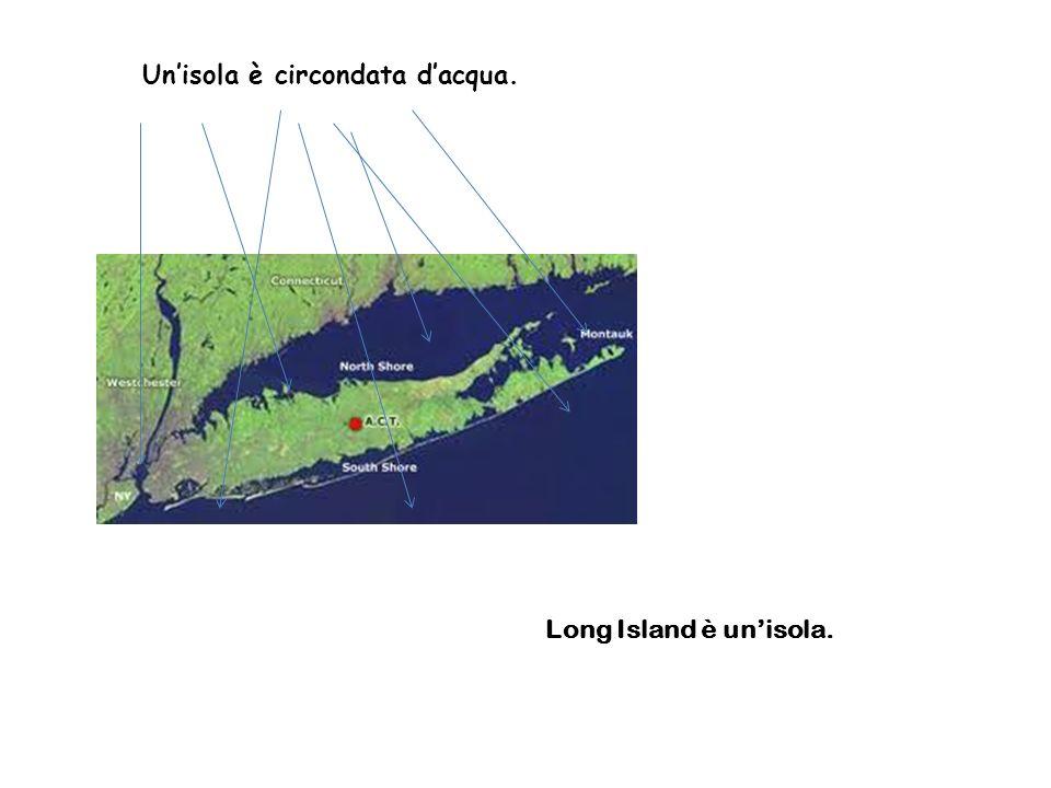 Un'isola è circondata d'acqua.