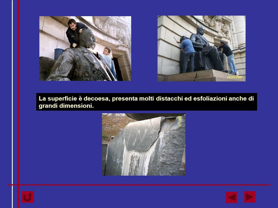 La superficie è decoesa, presenta molti distacchi ed esfoliazioni anche di grandi dimensioni.