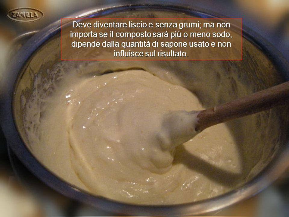 Deve diventare liscio e senza grumi; ma non importa se il composto sarà più o meno sodo, dipende dalla quantità di sapone usato e non influisce sul risultato.