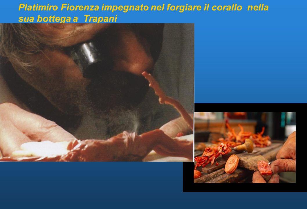 Platimiro Fiorenza impegnato nel forgiare il corallo nella sua bottega a Trapani