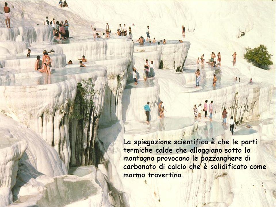 La spiegazione scientifica è che le parti termiche calde che alloggiano sotto la montagna provocano le pozzanghere di carbonato di calcio che è solidificato come marmo travertino.