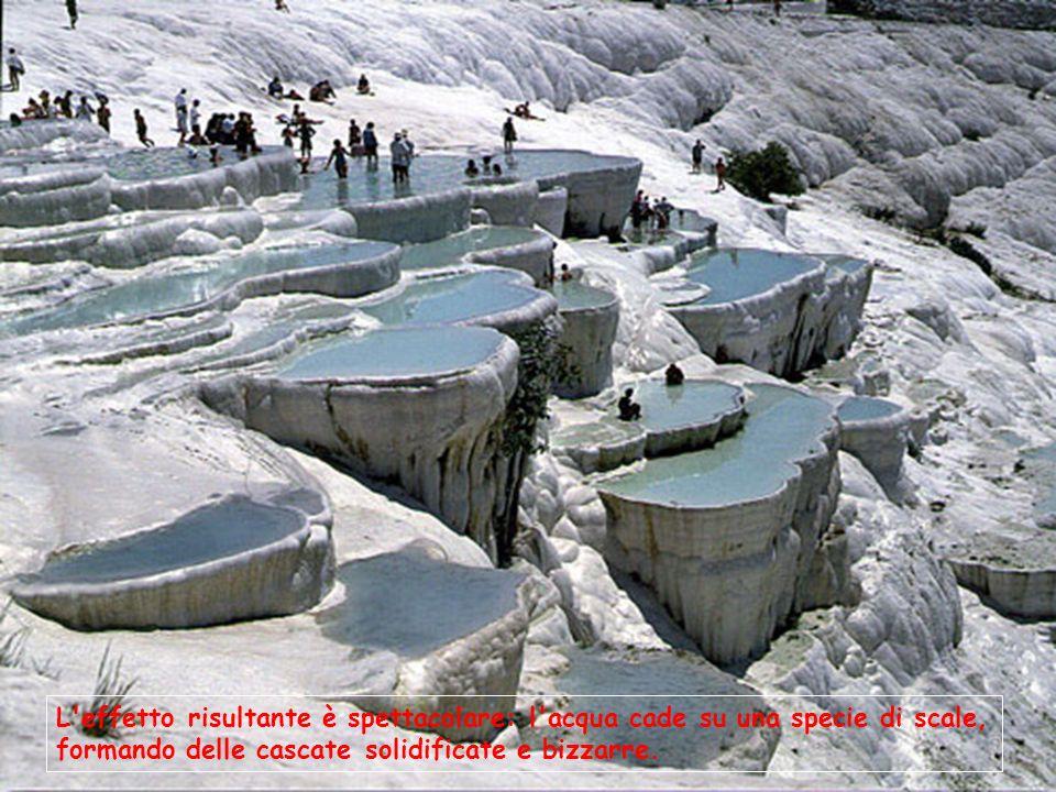 L effetto risultante è spettacolare: l acqua cade su una specie di scale, formando delle cascate solidificate e bizzarre.