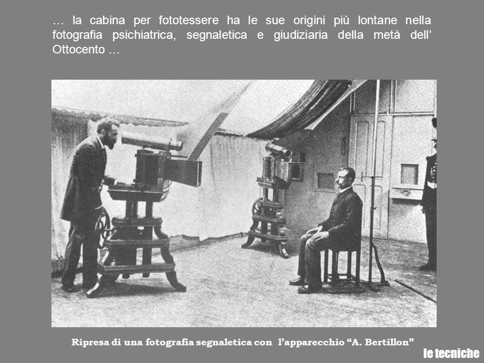 … la cabina per fototessere ha le sue origini più lontane nella fotografia psichiatrica, segnaletica e giudiziaria della metà dell' Ottocento …