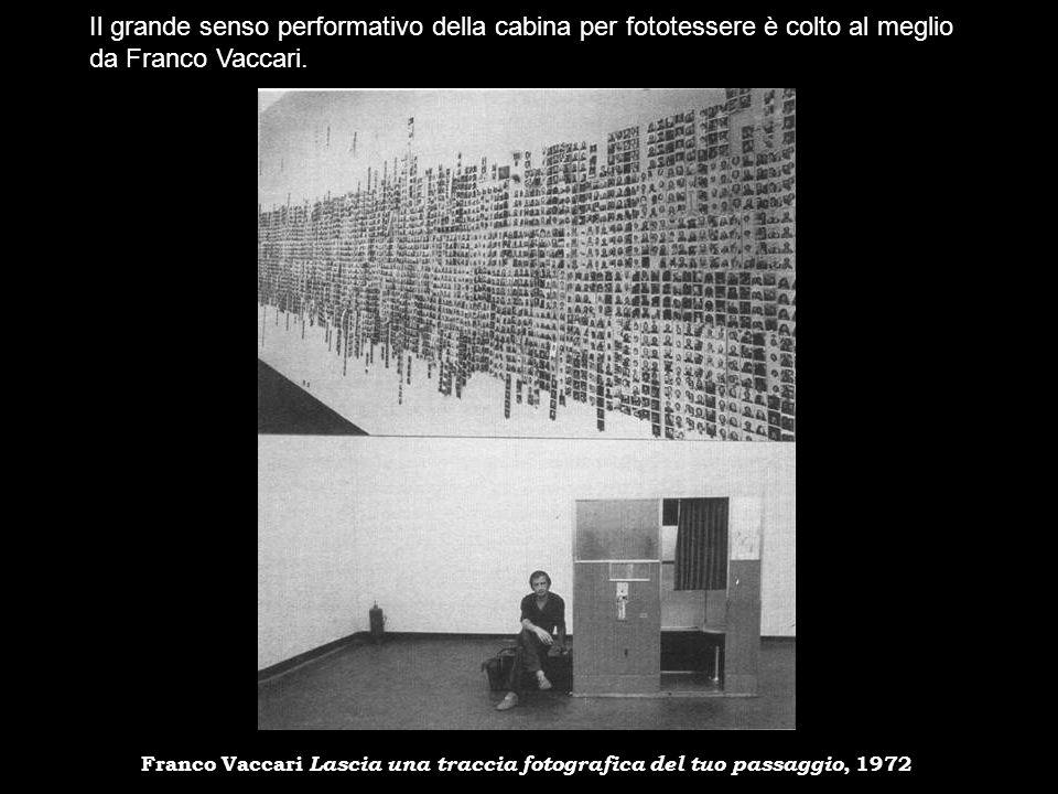 Il grande senso performativo della cabina per fototessere è colto al meglio da Franco Vaccari.