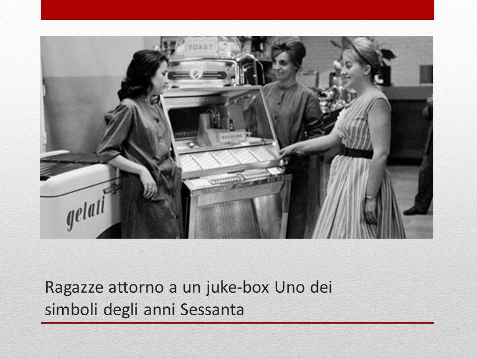 Ragazze attorno a un juke-box Uno dei simboli degli anni Sessanta