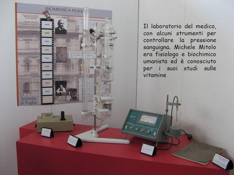Il laboratorio del medico, con alcuni strumenti per controllare la pressione sanguigna.