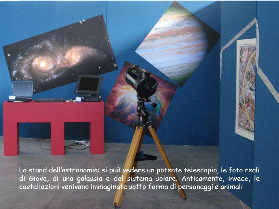 Lo stand dell'astronomia: si può vedere un potente telescopio, le foto reali di Giove, di una galassia e del sistema solare.