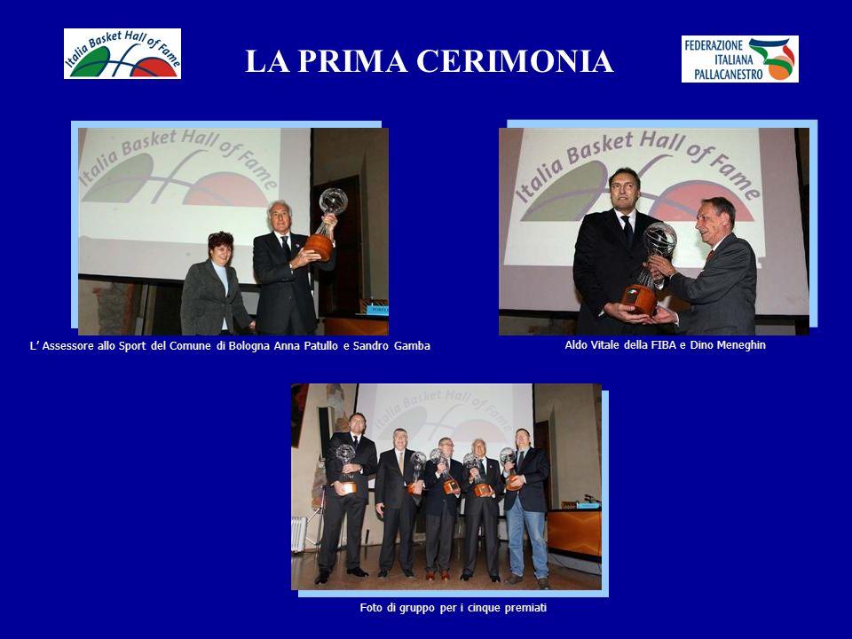 LA PRIMA CERIMONIA L' Assessore allo Sport del Comune di Bologna Anna Patullo e Sandro Gamba. Aldo Vitale della FIBA e Dino Meneghin.