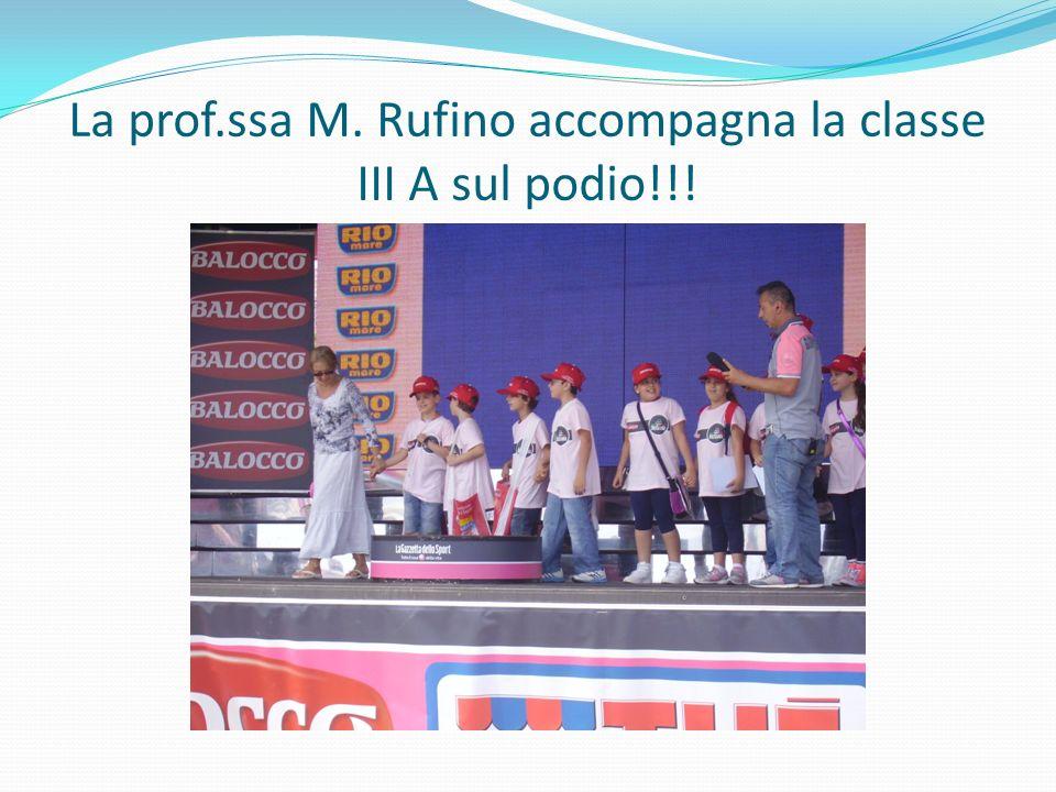 La prof.ssa M. Rufino accompagna la classe III A sul podio!!!
