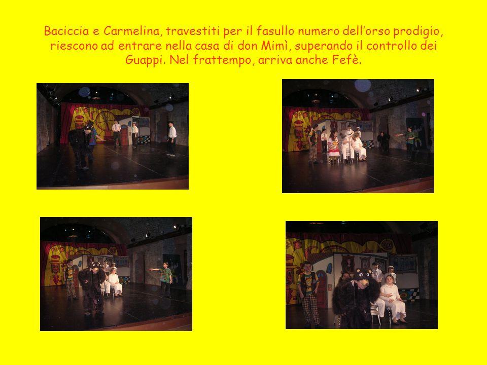 Baciccia e Carmelina, travestiti per il fasullo numero dell'orso prodigio, riescono ad entrare nella casa di don Mimì, superando il controllo dei Guappi.