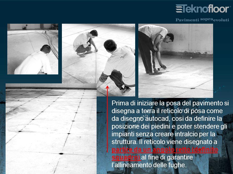 Prima di iniziare la posa del pavimento si disegna a terra il reticolo di posa come da disegno autocad, cosi da definire la posizione dei piedini e poter stendere gli impianti senza creare intralcio per la struttura.