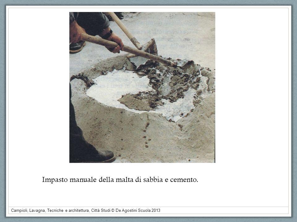 Impasto manuale della malta di sabbia e cemento.