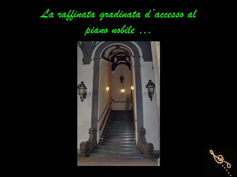 La raffinata gradinata d'accesso al piano nobile …