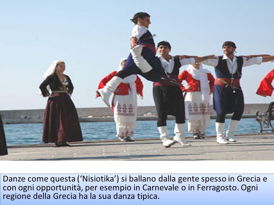 Danze come questa ('Nisiotika') si ballano dalla gente spesso in Grecia e con ogni opportunità, per esempio in Carnevale o in Ferragosto.