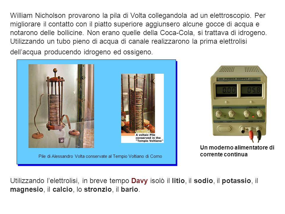 William Nicholson provarono la pila di Volta collegandola ad un elettroscopio. Per migliorare il contatto con il piatto superiore aggiunsero alcune gocce di acqua e notarono delle bollicine. Non erano quelle della Coca-Cola, si trattava di idrogeno. Utilizzando un tubo pieno di acqua di canale realizzarono la prima elettrolisi dell'acqua producendo idrogeno ed ossigeno.