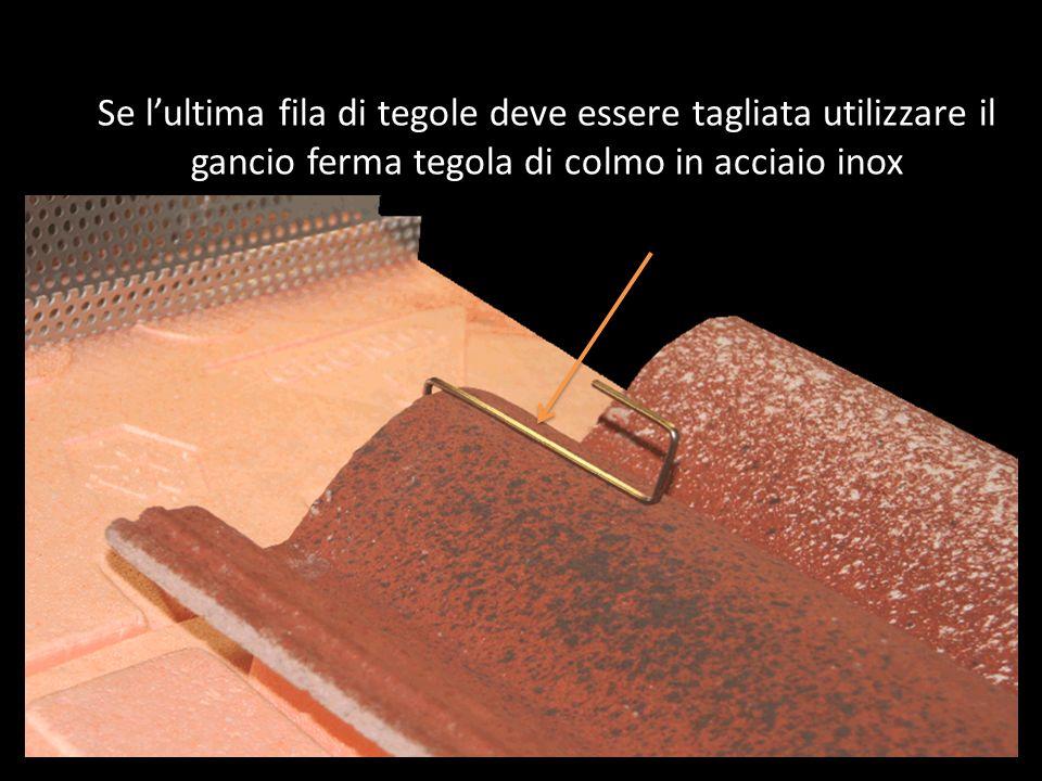 Se l'ultima fila di tegole deve essere tagliata utilizzare il gancio ferma tegola di colmo in acciaio inox