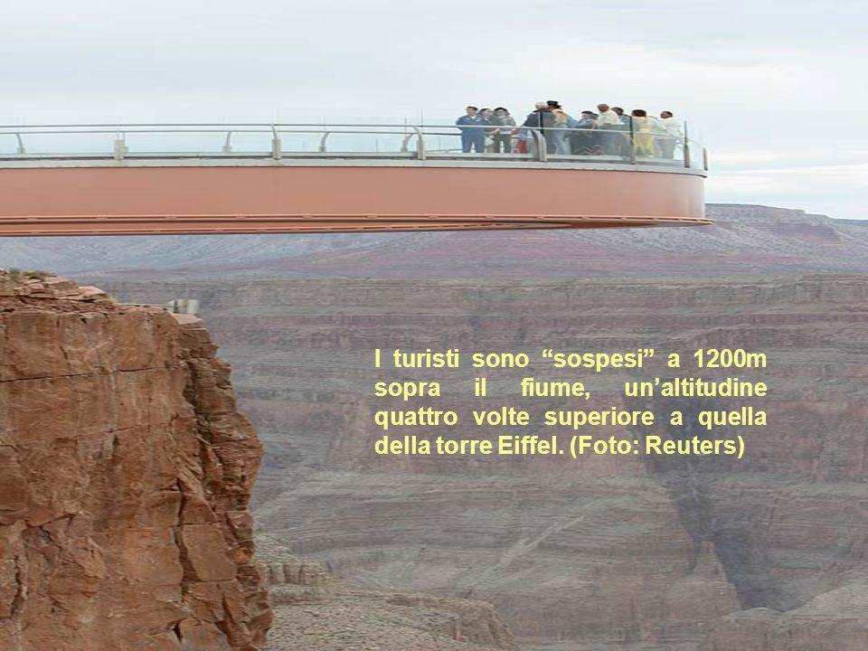 I turisti sono sospesi a 1200m sopra il fiume, un'altitudine quattro volte superiore a quella della torre Eiffel.