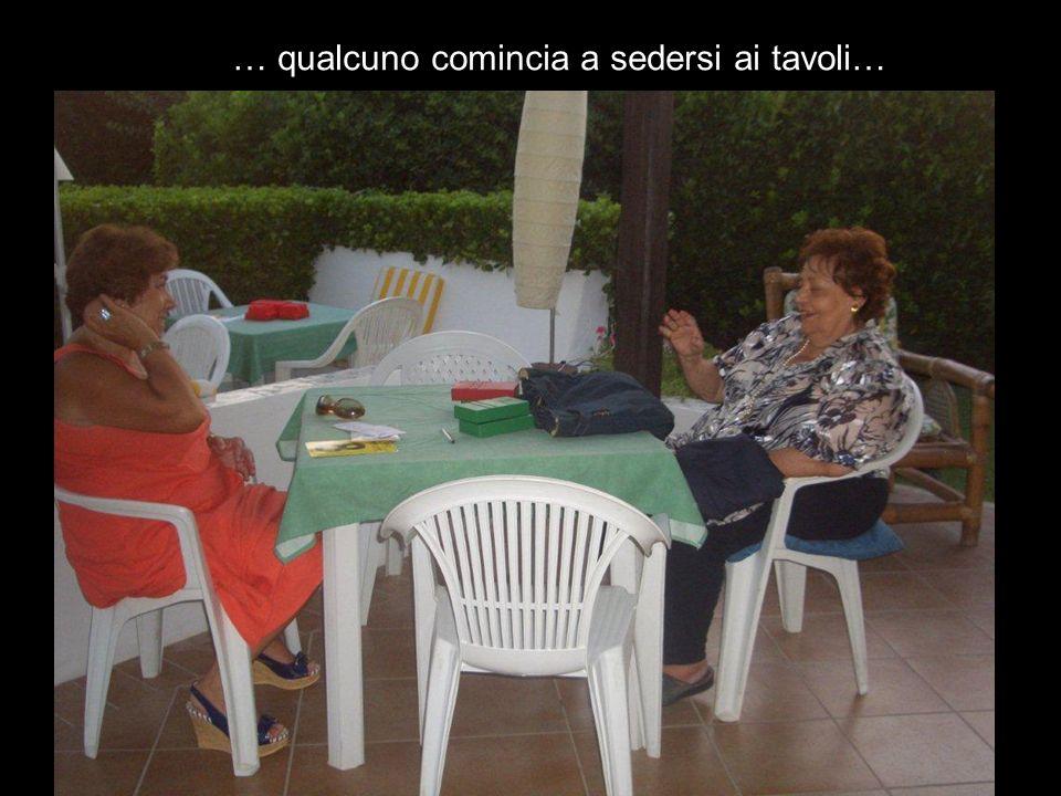 … qualcuno comincia a sedersi ai tavoli…