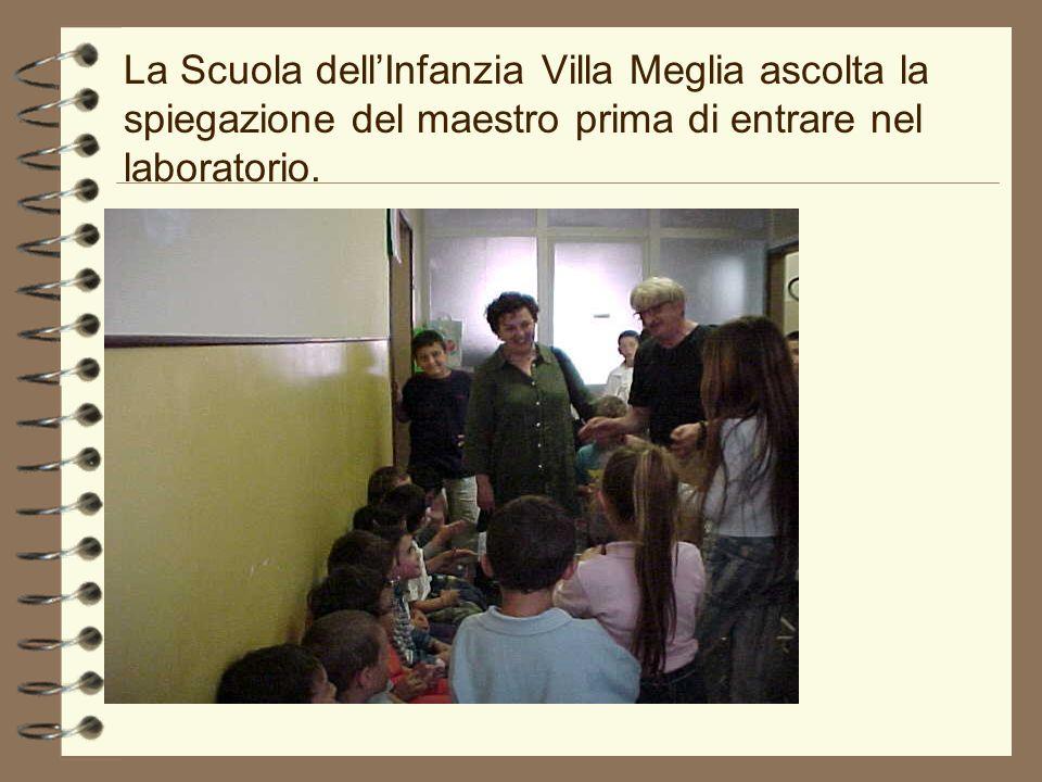 La Scuola dell'Infanzia Villa Meglia ascolta la spiegazione del maestro prima di entrare nel laboratorio.