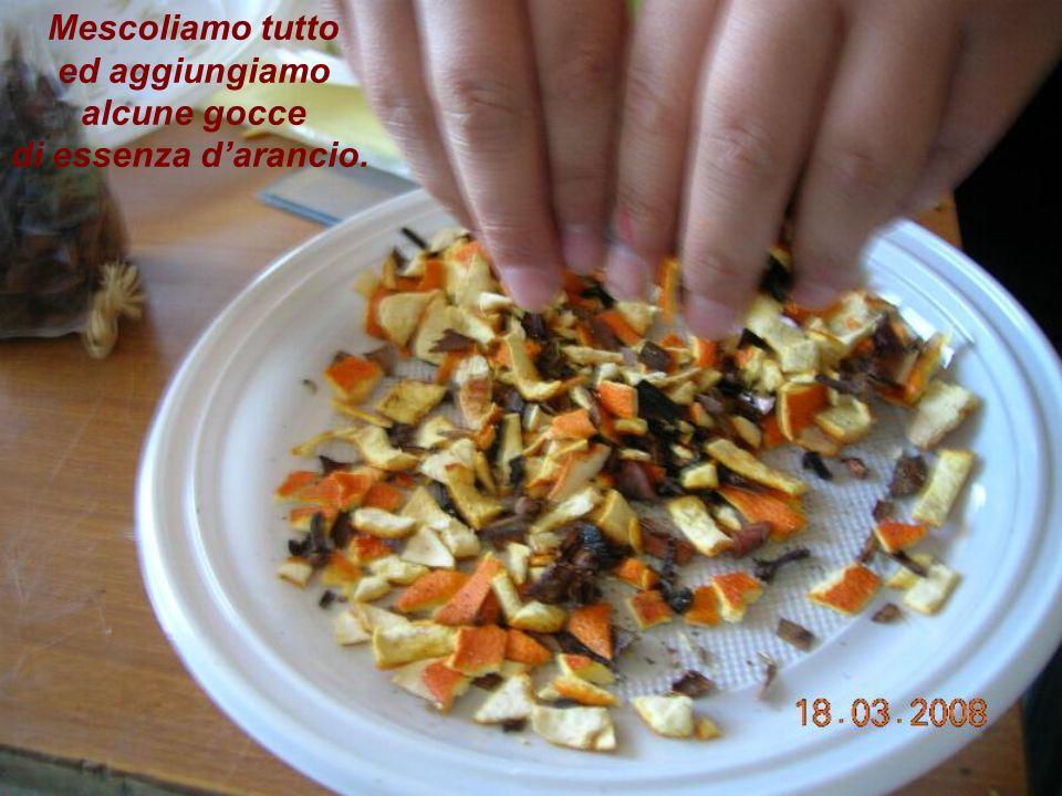 Mescoliamo tutto ed aggiungiamo alcune gocce di essenza d'arancio.