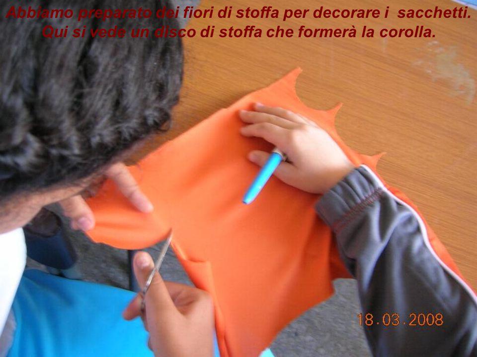 Abbiamo preparato dei fiori di stoffa per decorare i sacchetti.