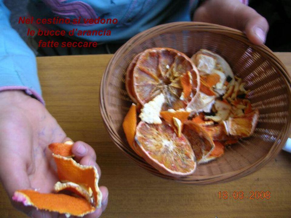 Nel cestino si vedono le bucce d'arancia fatte seccare