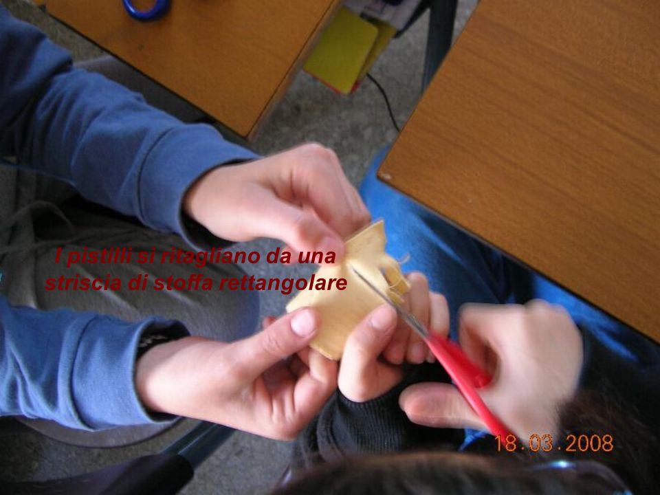 I pistilli si ritagliano da una striscia di stoffa rettangolare