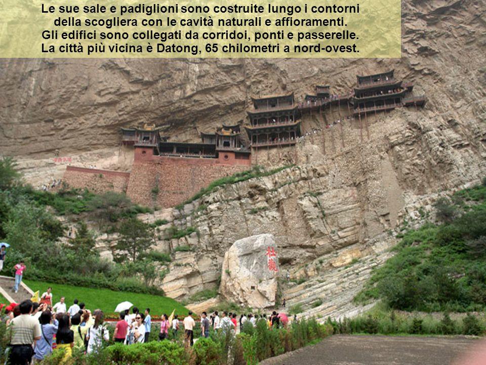 Le sue sale e padiglioni sono costruite lungo i contorni della scogliera con le cavità naturali e affioramenti.