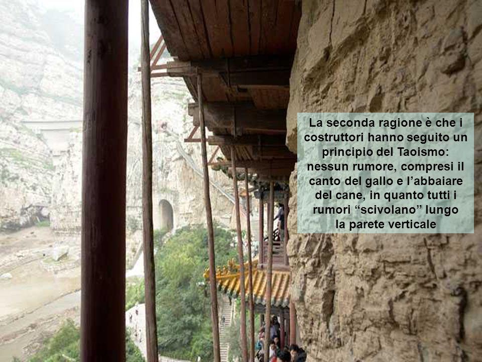 La seconda ragione è che i costruttori hanno seguito un principio del Taoismo: nessun rumore, compresi il canto del gallo e l'abbaiare del cane, in quanto tutti i rumori scivolano lungo la parete verticale