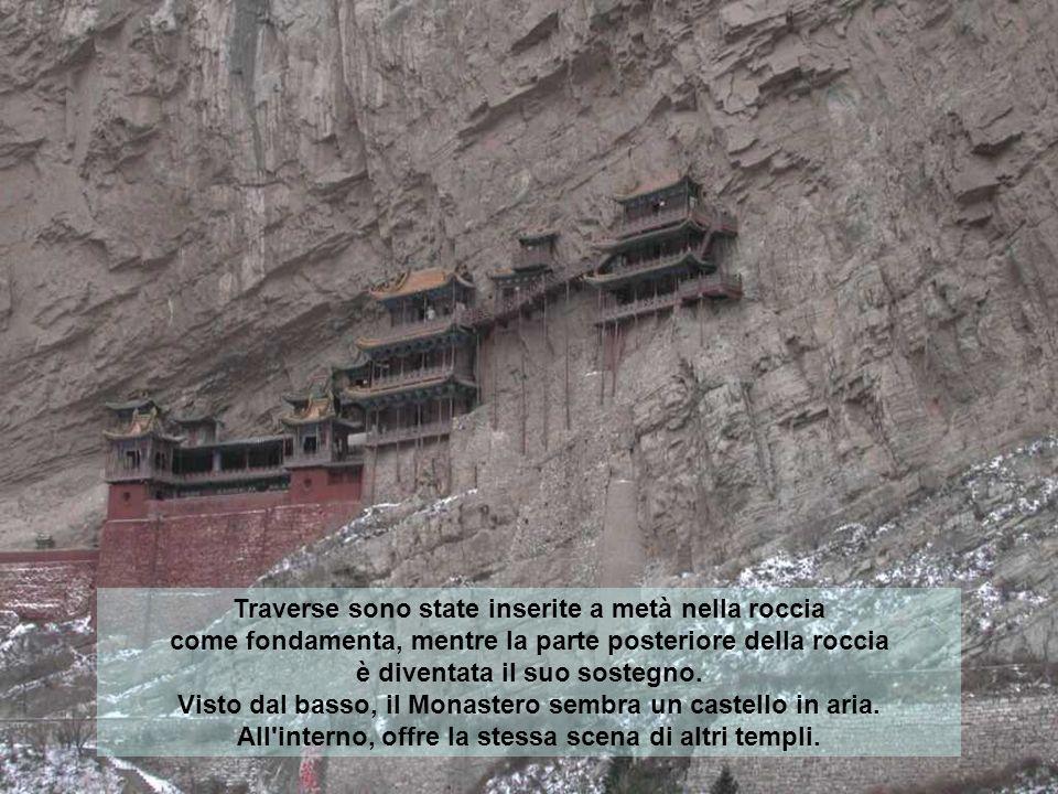 Traverse sono state inserite a metà nella roccia come fondamenta, mentre la parte posteriore della roccia è diventata il suo sostegno.