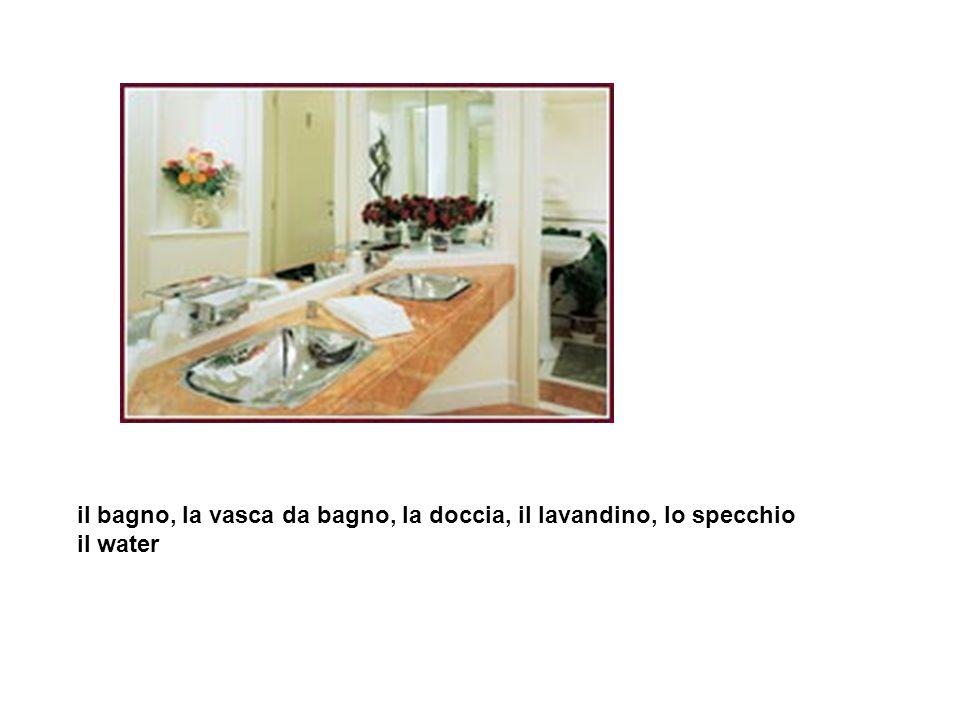 il bagno, la vasca da bagno, la doccia, il lavandino, lo specchio