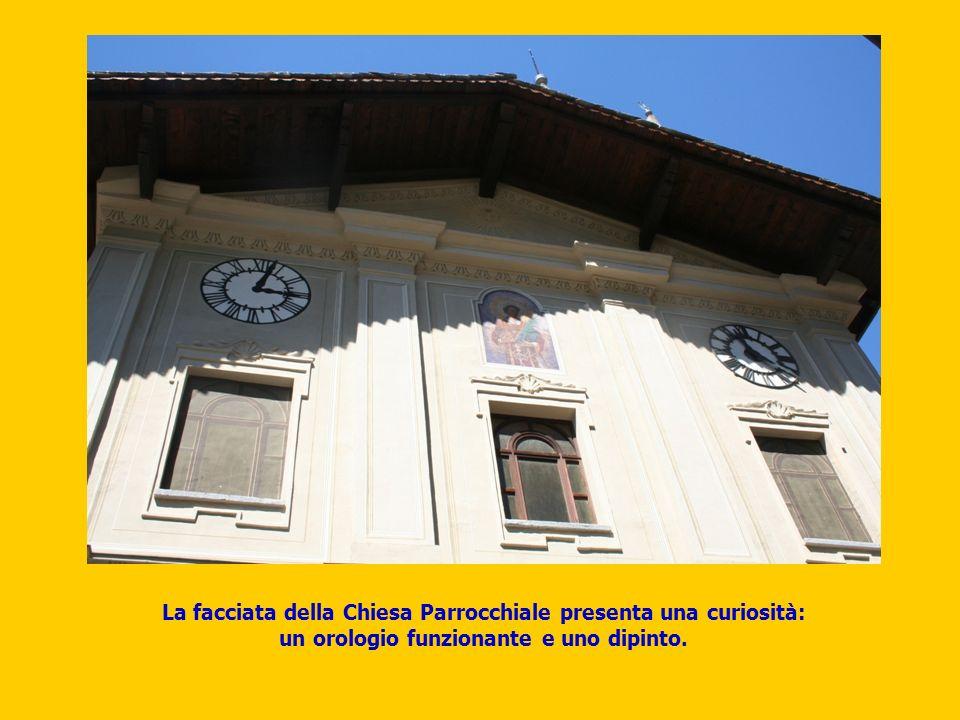 La facciata della Chiesa Parrocchiale presenta una curiosità: