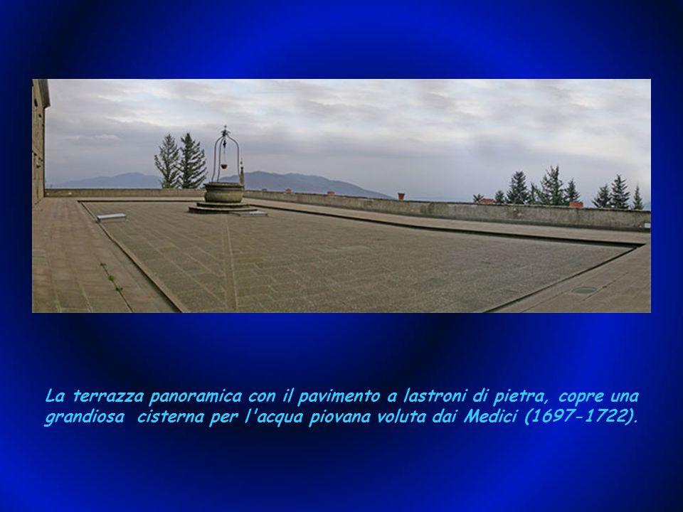La terrazza panoramica con il pavimento a lastroni di pietra, copre una grandiosa cisterna per l acqua piovana voluta dai Medici (1697-1722).