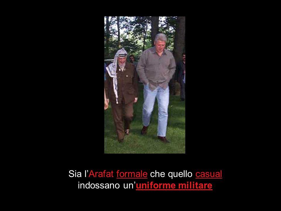 Sia l'Arafat formale che quello casual indossano un'uniforme militare