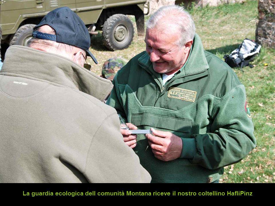 La guardia ecologica dell comunità Montana riceve il nostro coltellino HafliPinz