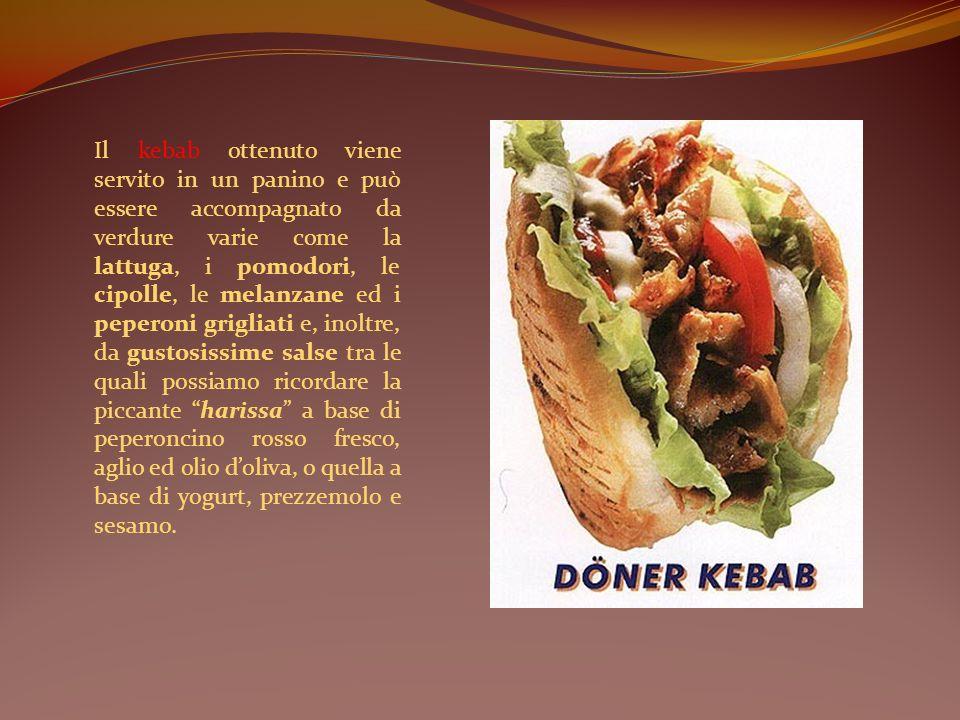 Il kebab ottenuto viene servito in un panino e può essere accompagnato da verdure varie come la lattuga, i pomodori, le cipolle, le melanzane ed i peperoni grigliati e, inoltre, da gustosissime salse tra le quali possiamo ricordare la piccante harissa a base di peperoncino rosso fresco, aglio ed olio d'oliva, o quella a base di yogurt, prezzemolo e sesamo.