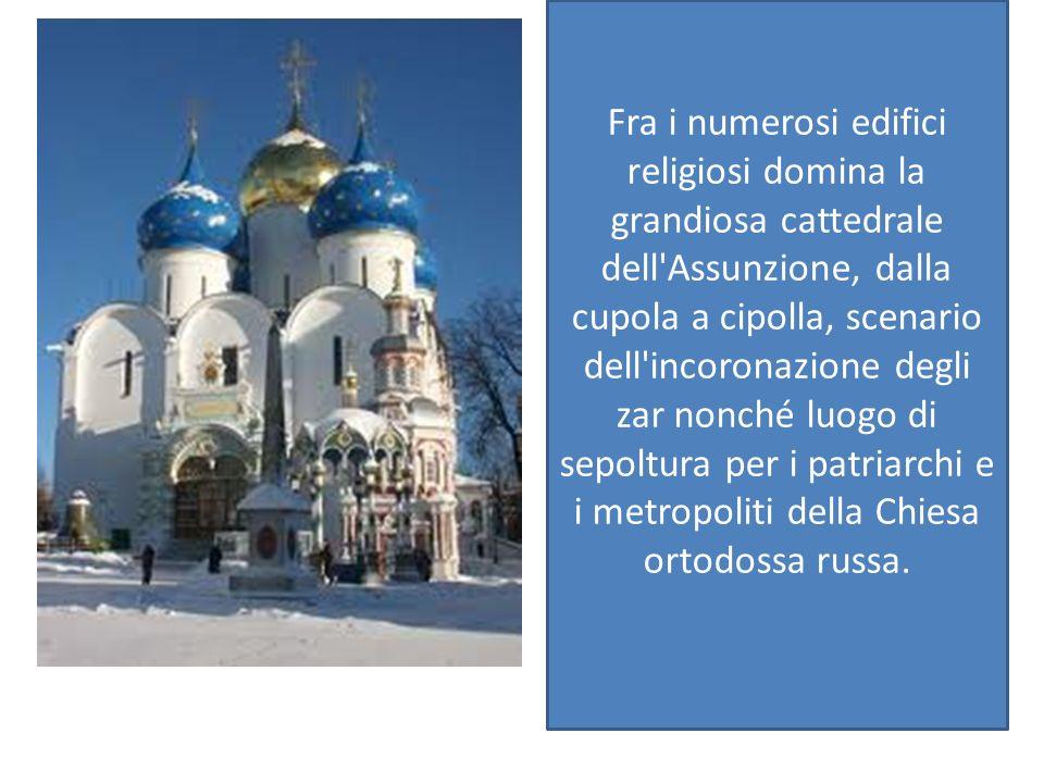 Fra i numerosi edifici religiosi domina la grandiosa cattedrale dell Assunzione, dalla cupola a cipolla, scenario dell incoronazione degli zar nonché luogo di sepoltura per i patriarchi e i metropoliti della Chiesa ortodossa russa.