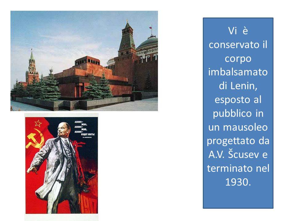 Vi è conservato il corpo imbalsamato di Lenin, esposto al pubblico in un mausoleo progettato da A.V.