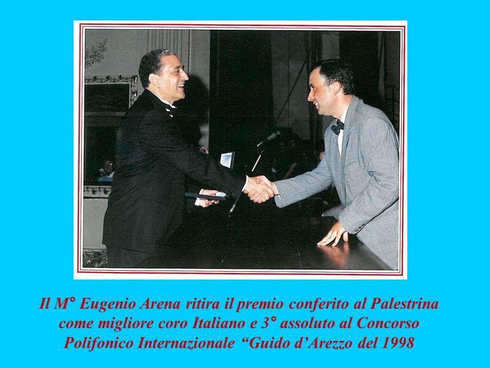 Il M° Eugenio Arena ritira il premio conferito al Palestrina come migliore coro Italiano e 3° assoluto al Concorso Polifonico Internazionale Guido d'Arezzo del 1998