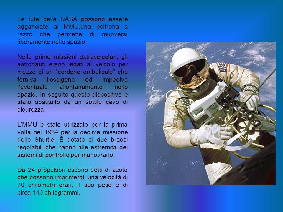 Le tute della NASA possono essere agganciate al MMU,una poltrona a razzo che permette di muoversi liberamente nello spazio