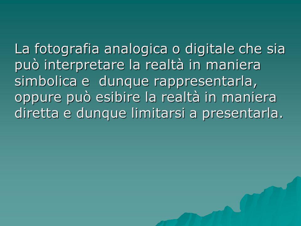 La fotografia analogica o digitale che sia può interpretare la realtà in maniera simbolica e dunque rappresentarla, oppure può esibire la realtà in maniera diretta e dunque limitarsi a presentarla.